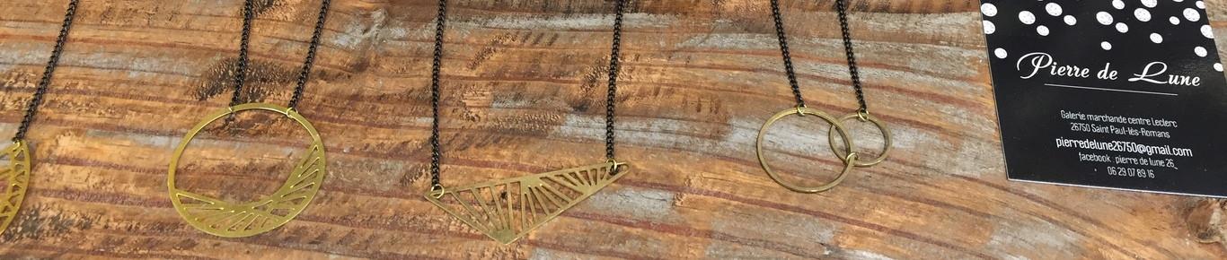 Nos colliers fantaisie géométrique en laiton brut.